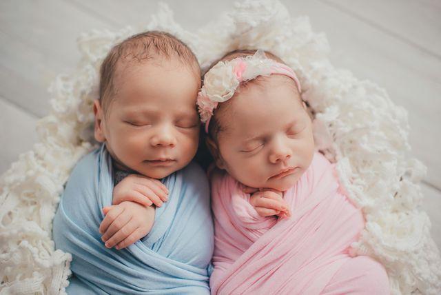 Usnuli dječak i djevojčica