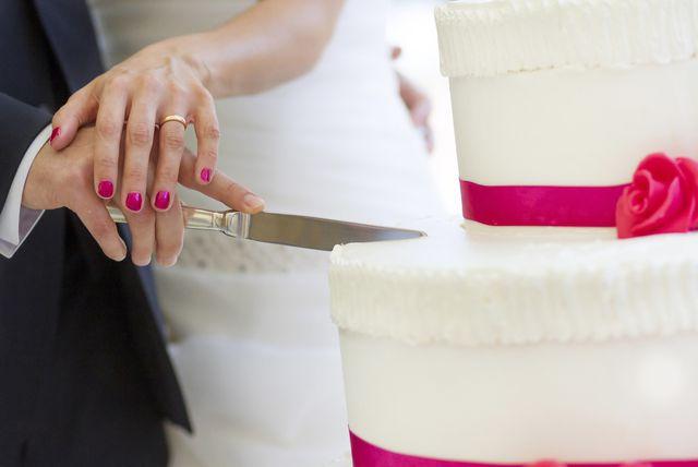 Mladenci režu svadbenu tortu