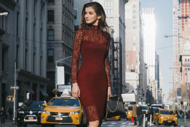 Crvena čipkasta haljina (Foto: Katerina Medowaya)