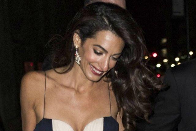Amal Clooney u haljini koja se obavezno nosi bez grudnjaka - 2