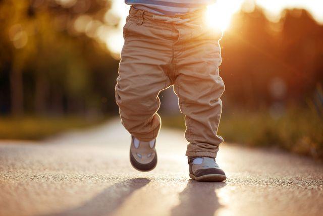 Malo dijete hoda