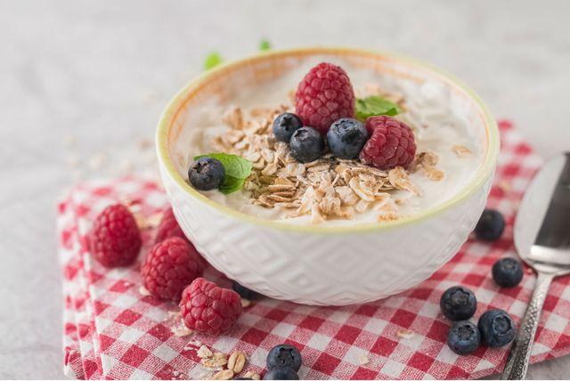 Jogurt s borovnicama, kupinama i zobenim pahuljicama dobar je izbor za doručak