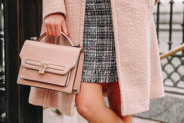 Pojedini modni dodaci poput mini torbica s ručkom odjevnoj kombinaciji daju dašak otmjenosti