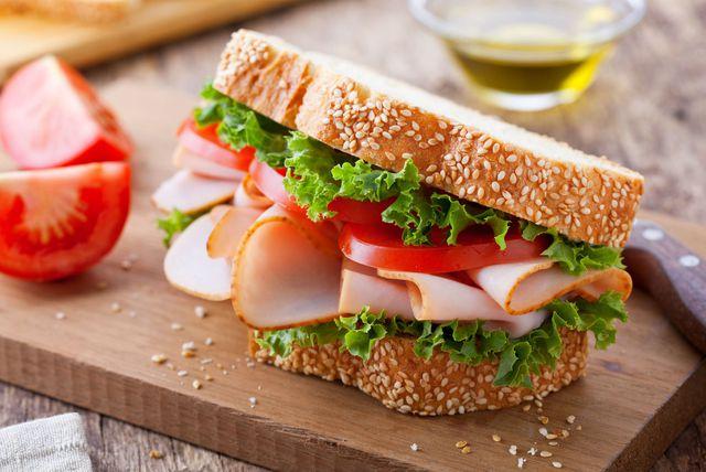 Sendvič s purećom šunkom, zelenom salatom i rajčicom