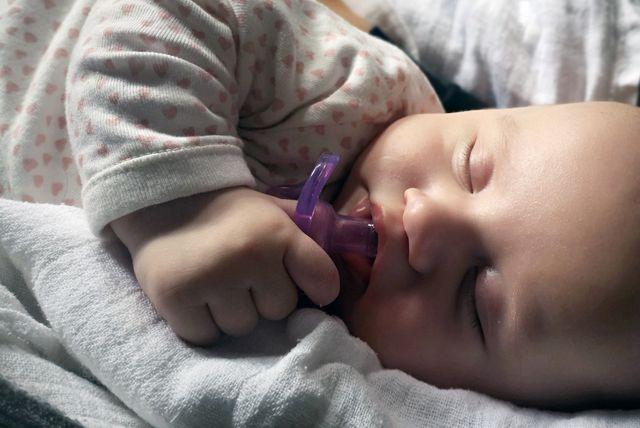 Beba spava s dudoom