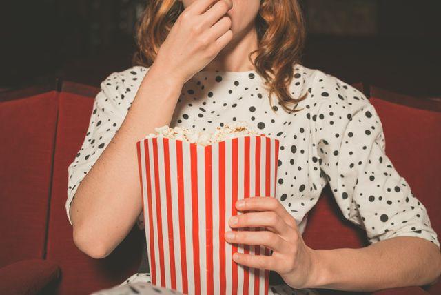 Žena u kinu jede kokice
