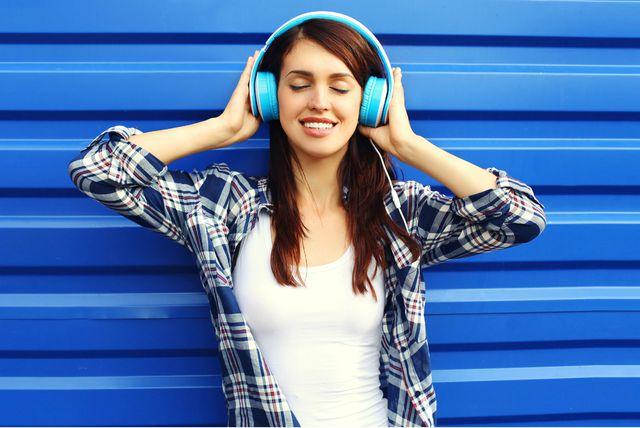Žena sa slušalicama na ušima