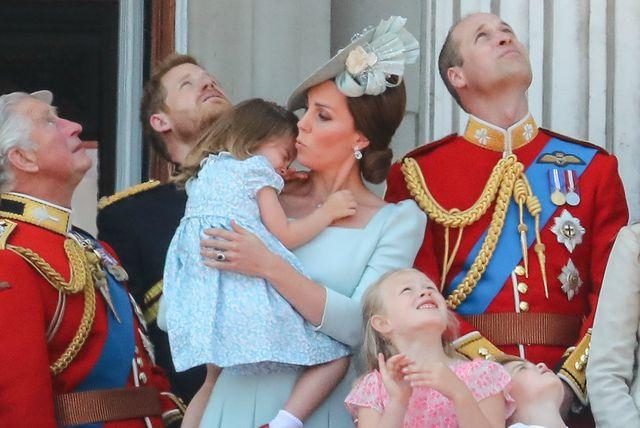Uplakana princeza Charlotte u maminom naručju
