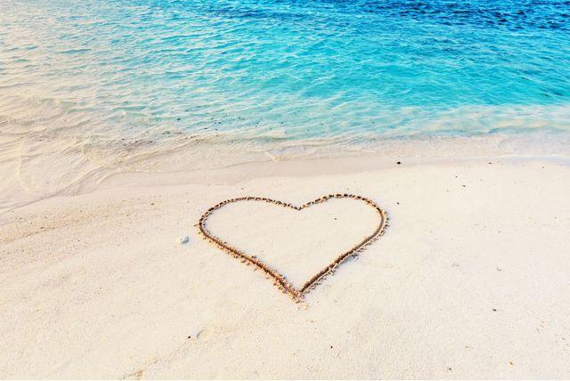 Srce iscrtano na pješčanoj plaži