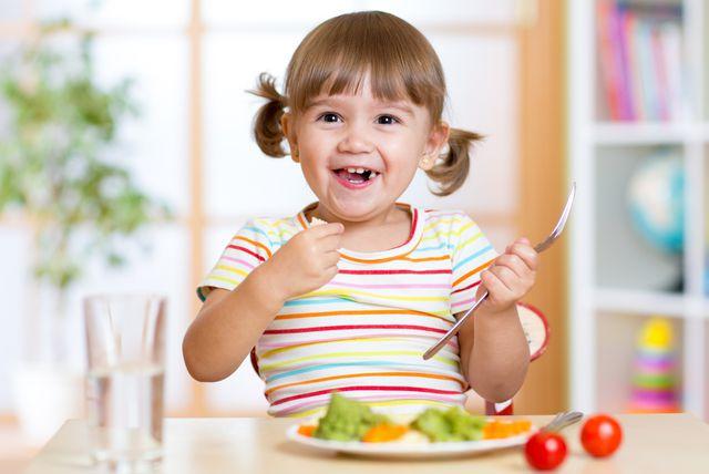 Djevojčica jede povrće