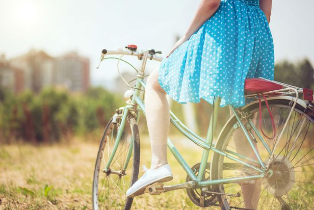 Žena vozi bicikl