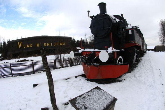 Vlak u snijegu u Lovrakovom centru u Velikom Đurđevcu kao simbol romana \'Vlak u snijegu\'