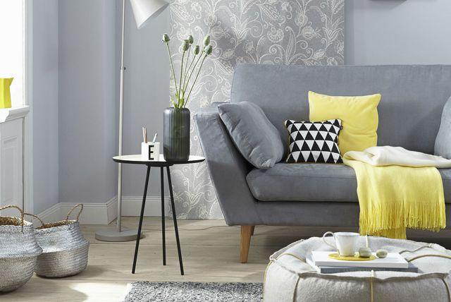Uređenje dnevne sobe s detaljima u žutoj boji