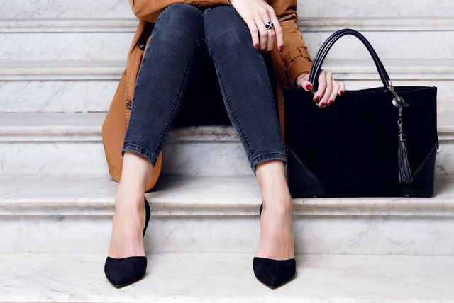 Žena u trapericama i cipelama s potpeticom