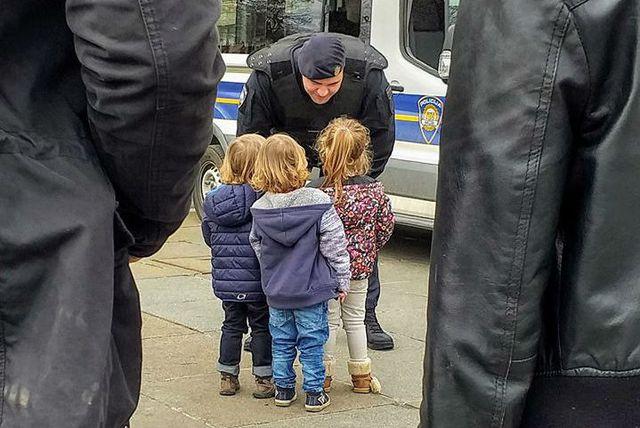 Prizor nasmiješenog policajca koji razgovara s djecom raznježio je mnoge