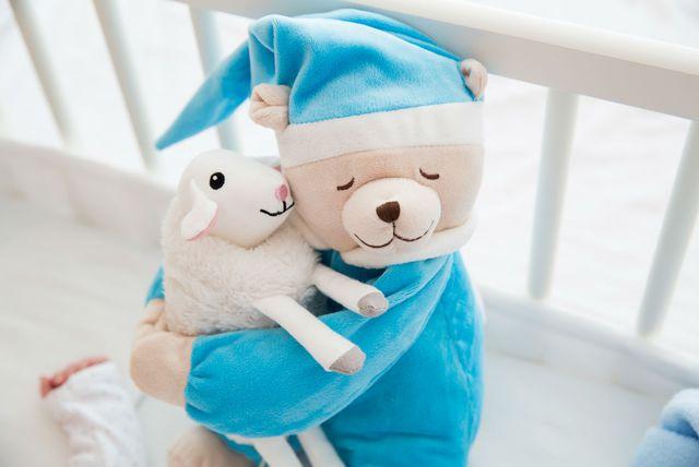 Plišane igračke u dječjem krevetiću