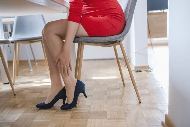 Žena sjedi