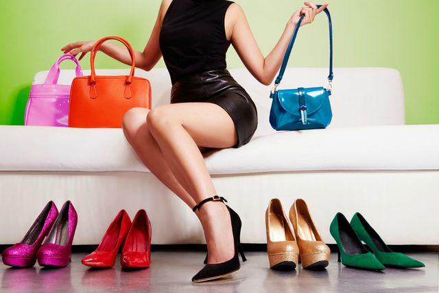 Žena s torbicama i cipelama
