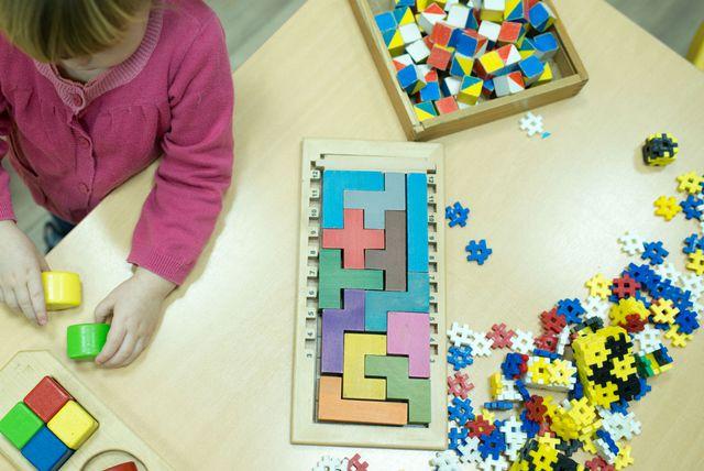 Djevojčica u Montessori vrtiću