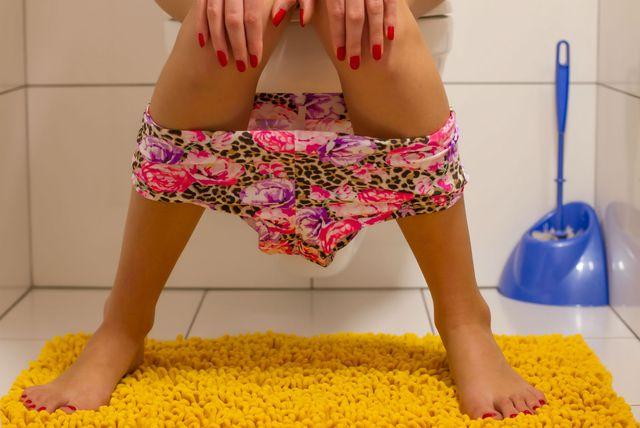 Žena sjedi na WC-u