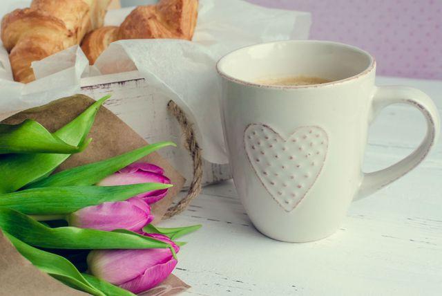 Šalica kave i kroasan
