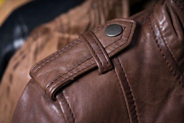 Gumb na ramenu kaputa ili jakne nije samo ukras