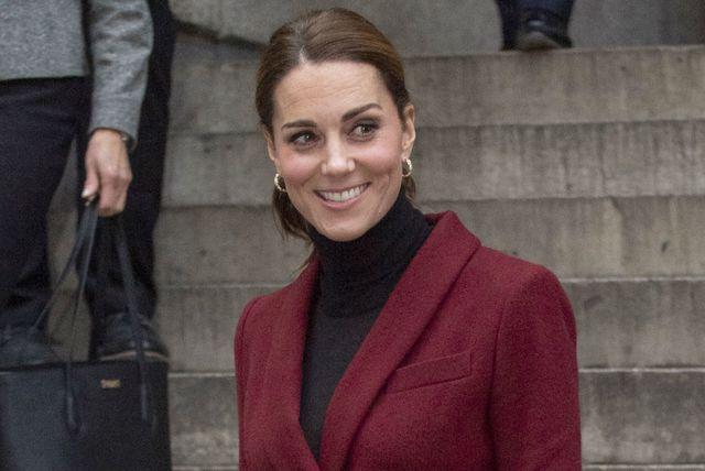Catherine Middleton u kostimiću boje burgunca francuskog modnog brenda Paule Ka - 6