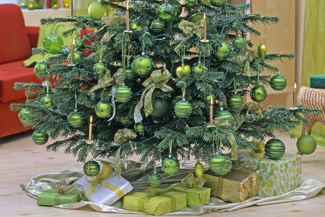 Ideje za dekoriranje jelke s kuglicama u zelenoj boji - 1