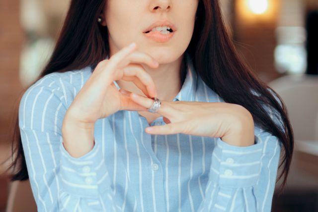 Žena skida prsten