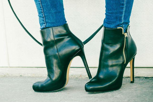 Cipele s pozlaćenim metalnim detaljima mogu izgledati jeftino