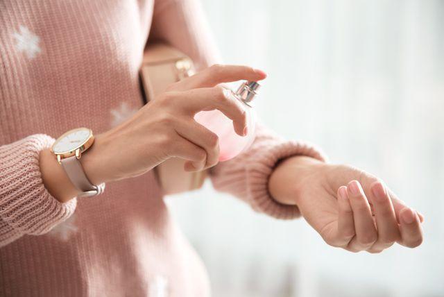 Žena nanosi parfem