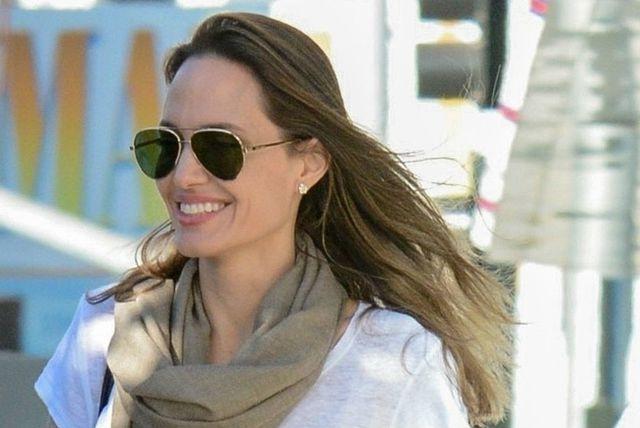 Angelina Jolie u uskoj suknji s visokim rasporom - 2