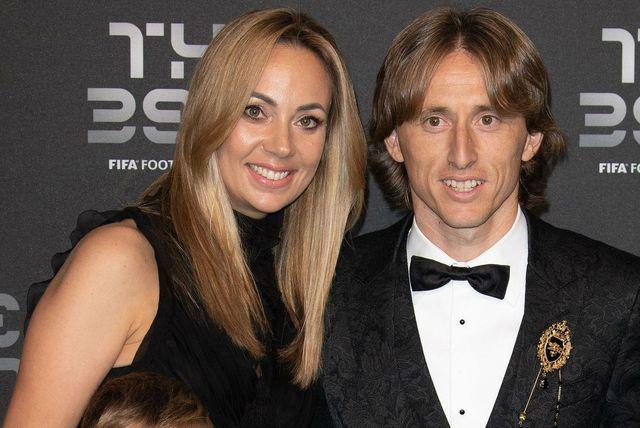 Vanja Modrić sa suprugom Lukom i djecom na dodjeli FIFA-inih nagrada za najbolje igrače godine