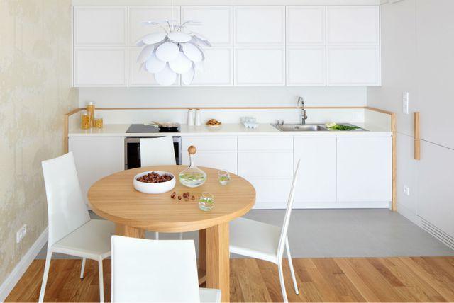 Kuhinja s drvenim stolom i podom