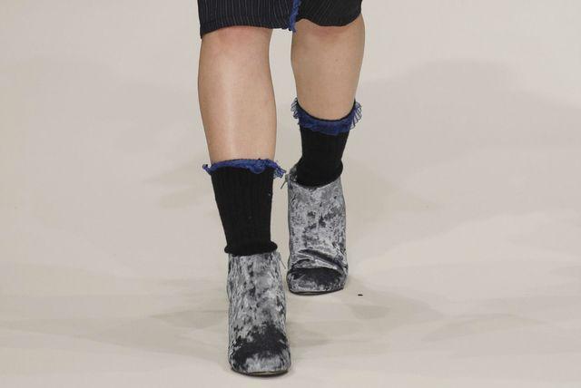 Čarape s volančićem odlično izgledaju uz gležnjače i suknju \'pencil\' kroja