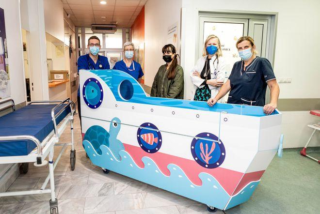 Brodić je posebno dizajniran za bolničke uvjete te prati gabarite standardnih kreveta