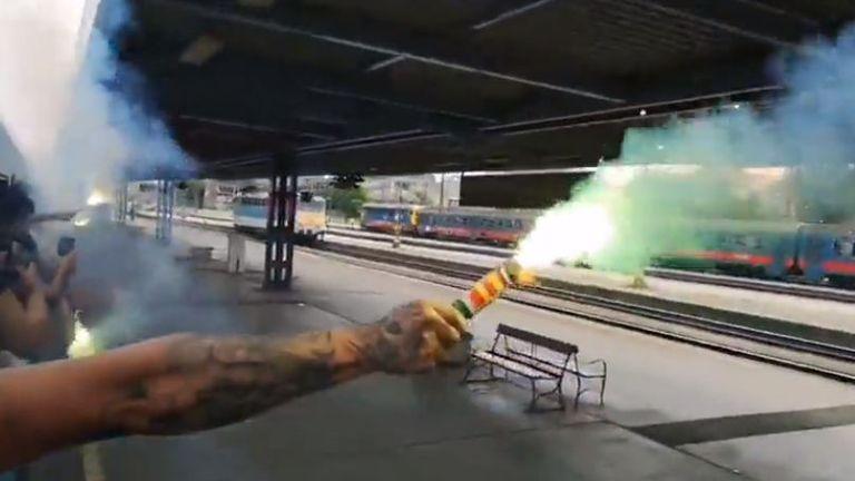 Upaljena baklja iz vlaka