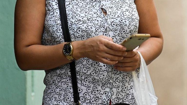 Žena s mobitelom u ruci, ilustracija