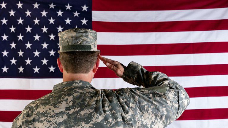 Vojnik salutira američkoj zastavi