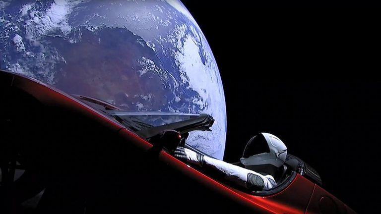 Teslin Roadster u Zemljinoj orbiti