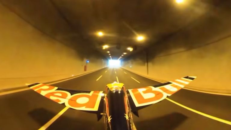 Let avionom kroz tunel
