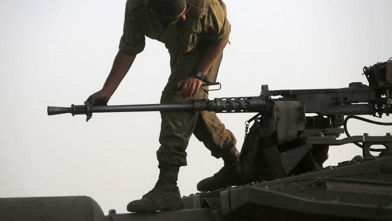 Izraelski vojnik provjerava strojnicu, arhiva