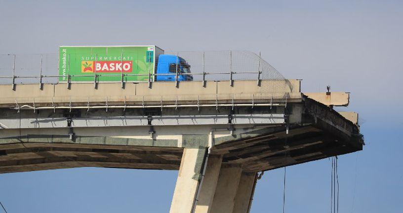 Kamion tvrtke Basko ispred srušenog vijadukta (Foto: AFP)