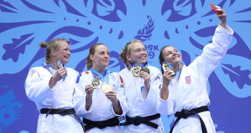 Barbara Matić na postolju s medaljom radi selfie (Foto: judo savez)