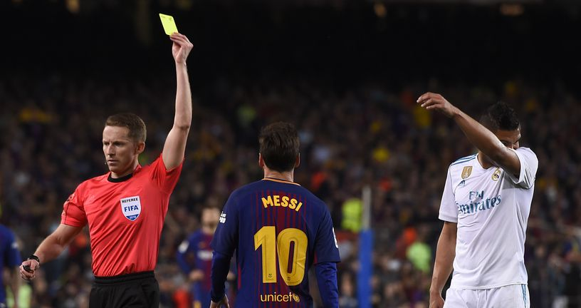 Sudac Hernandez pokazuje žuti karton Lionelu Messiju (Foto: AFP)