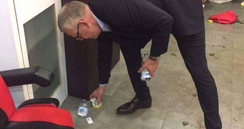 Janne Andersson kupi smeće za svojim igračima (Foto: AFP)