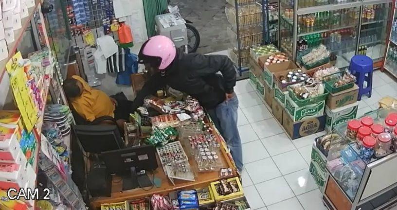 Razbojnik je uspio u džep strpati tek jednu novčanicu (FOTO: YouTube/Screenshot)