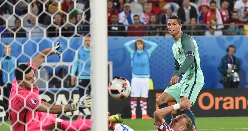Ronaldo provlači loptu pored Subašića i Vide (Foto: AFP)