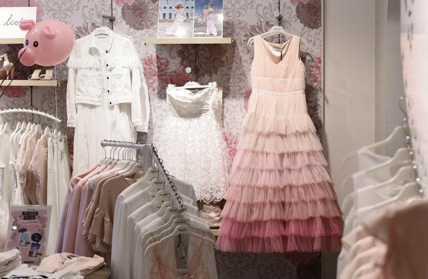 Kolekcija se sastoji od raskošnih haljina s detaljima od tila i čipke, suknji i sakoa