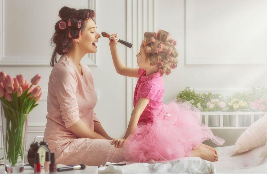 Mama i kći u igri